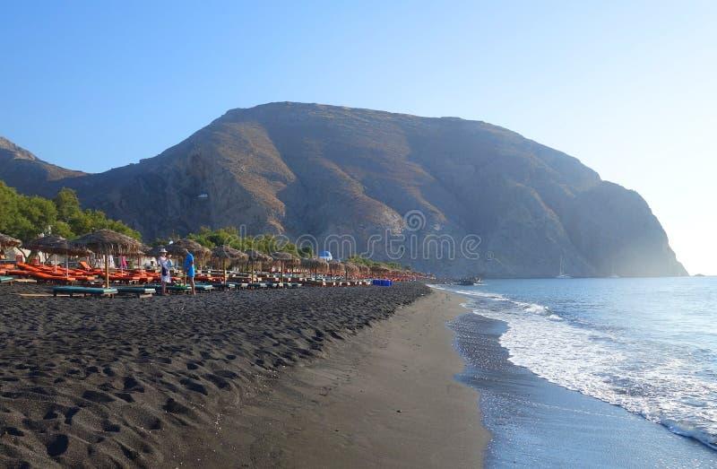 Areia preta na praia em Perissa imagens de stock royalty free