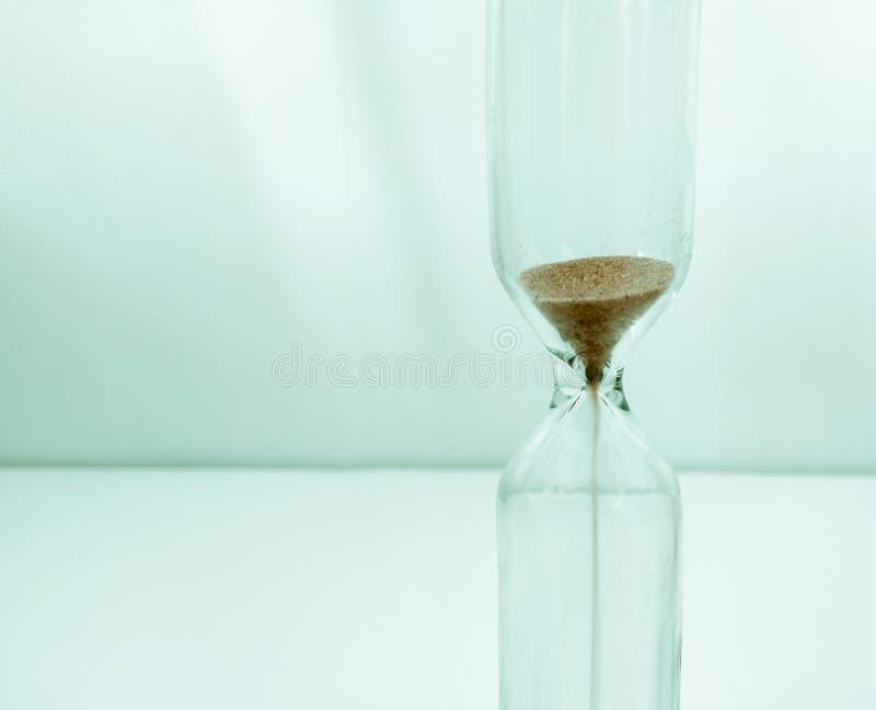 Areia que corre atrav?s dos bulbos de uma ampulheta que mede o tempo de passagem em uma contagem regressiva foto de stock