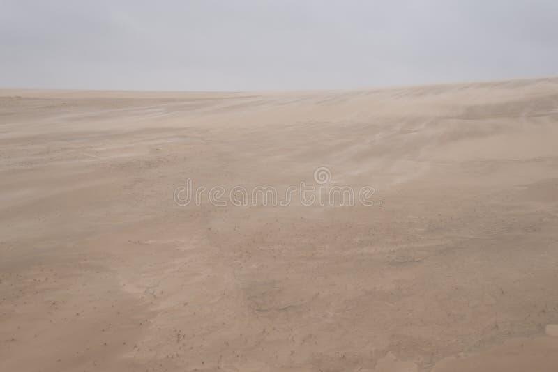 Areia que funde sobre a duna de areia fotos de stock