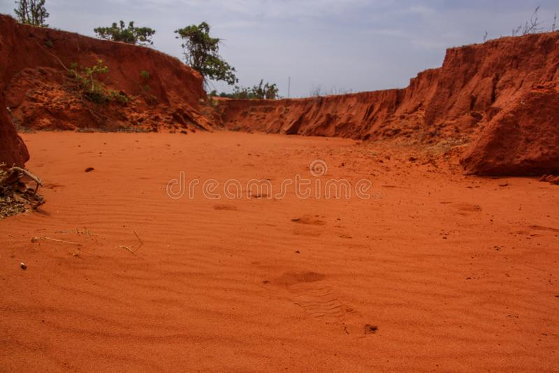 Areia vermelha de um deserto em Vietname, pegadas na areia imagens de stock