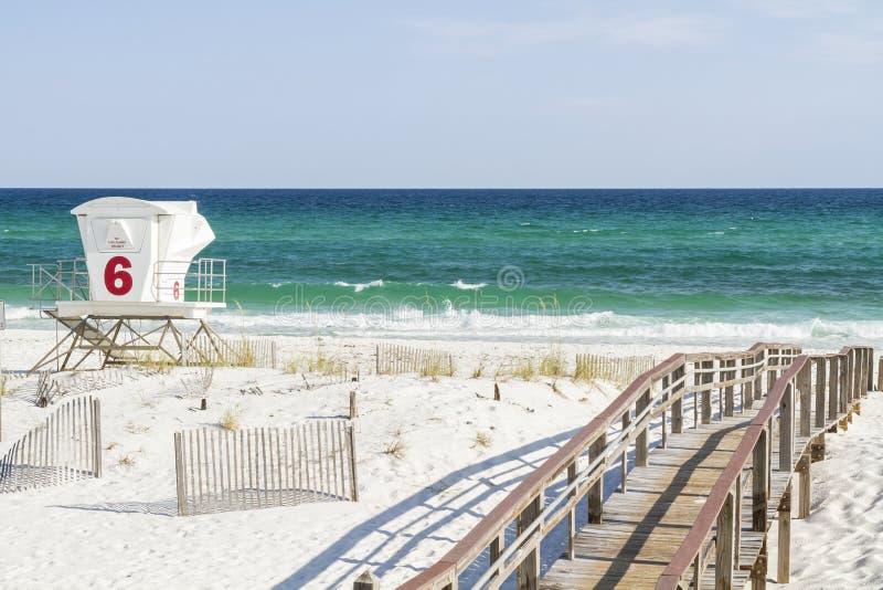 Areias brancas da praia de Pensacola e águas azul esverdeado foto de stock royalty free