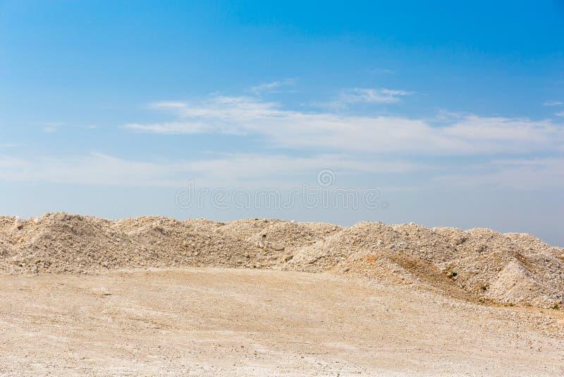 Areias do deserto e céu azul imagens de stock