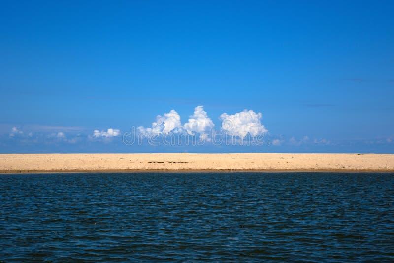 Areias e céu do mar imagens de stock royalty free