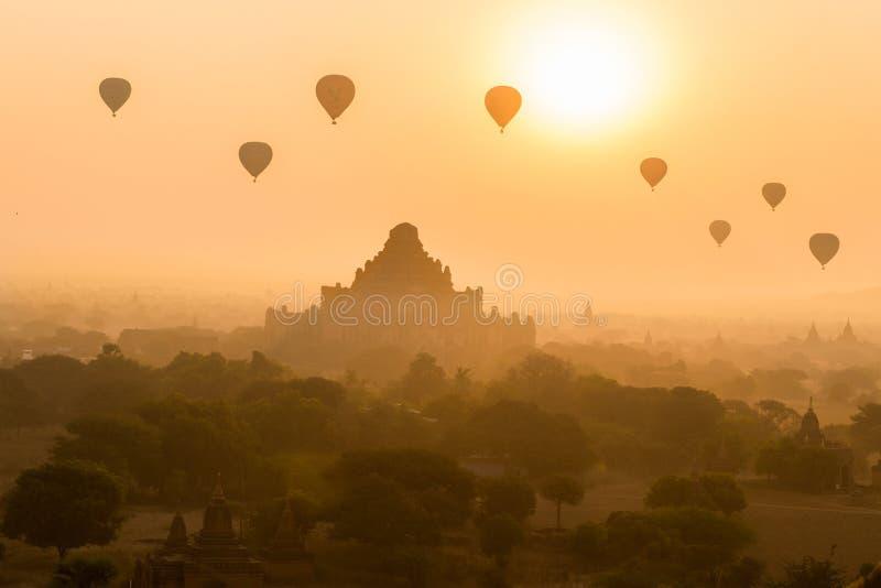 Areje balões quentes no templo superior de Damyangyi em Bagan, Myanmar foto de stock