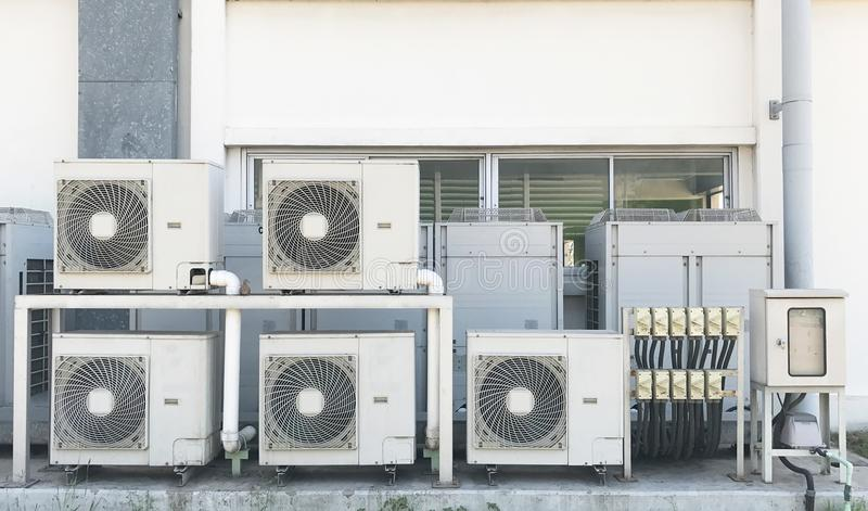 Areje o lado de condensação da unidade para fora da parede industrial foto de stock royalty free