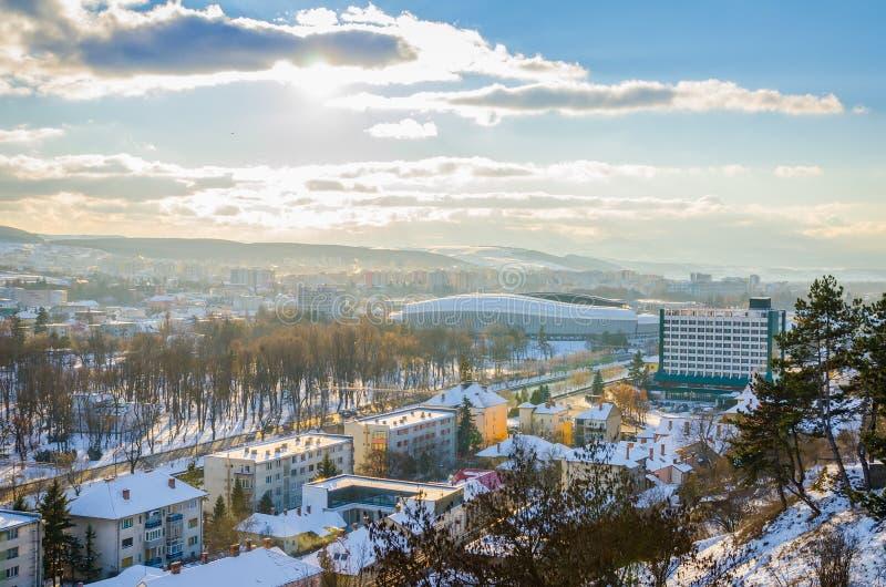 Arena de Cluj, hotel de Napoca y parque de Centrral en Cluj-Napoca, Transilvania Rumania fotos de archivo