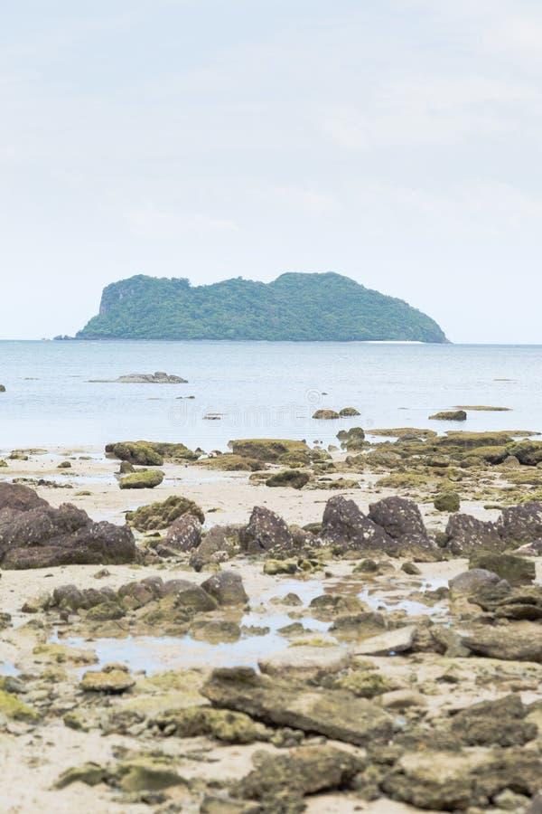 Arena de la isla y de la playa fotografía de archivo