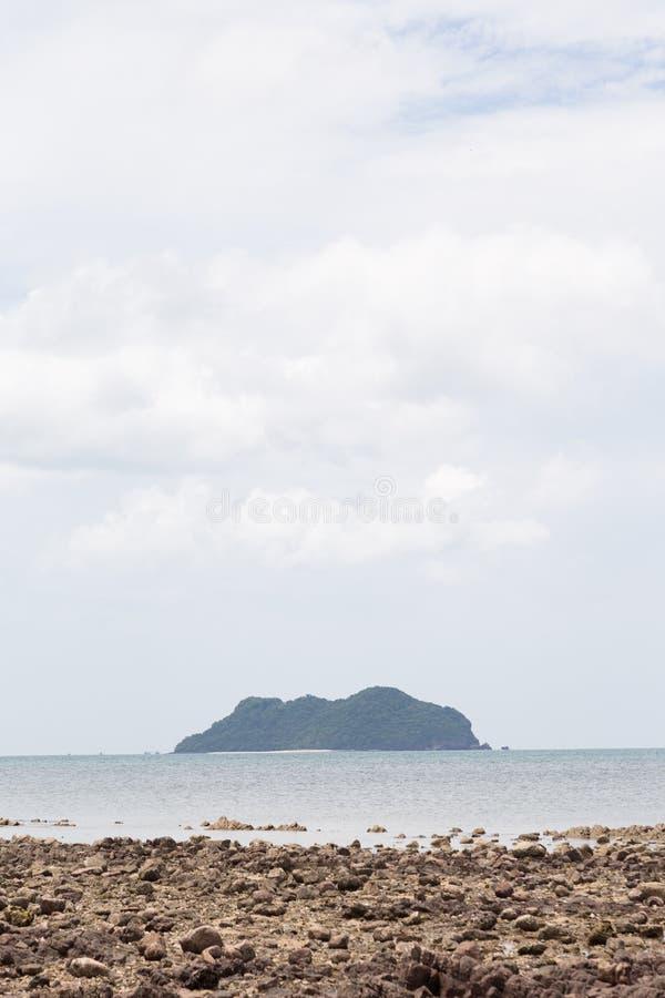 Arena de la isla y de la playa fotos de archivo