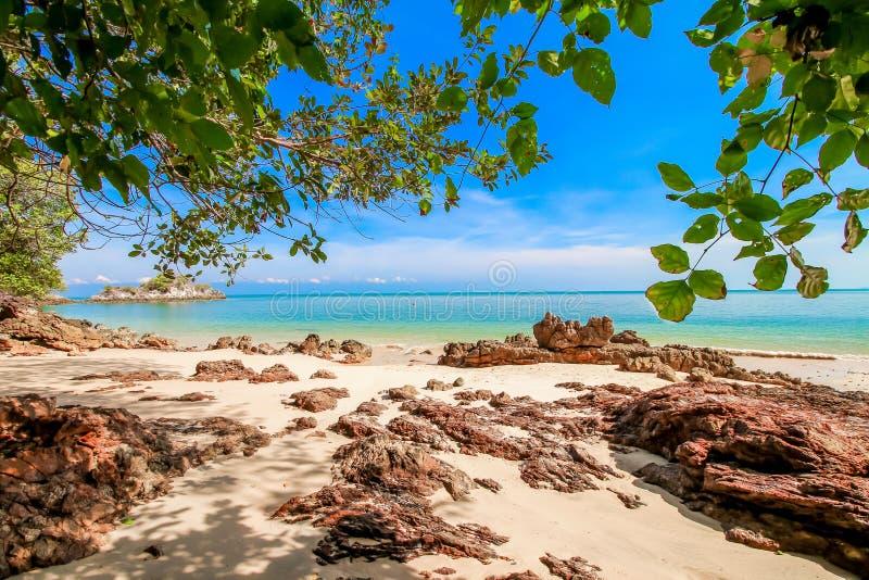 Arena de la playa con el cielo azul imagenes de archivo