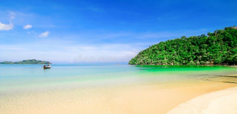 Arena de la playa con el cielo azul imagen de archivo libre de regalías