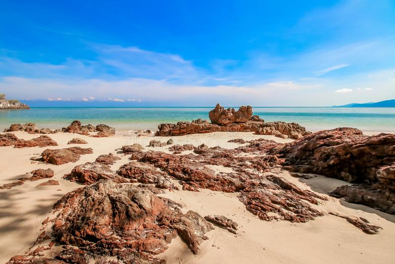 Arena de la playa con el cielo azul imágenes de archivo libres de regalías