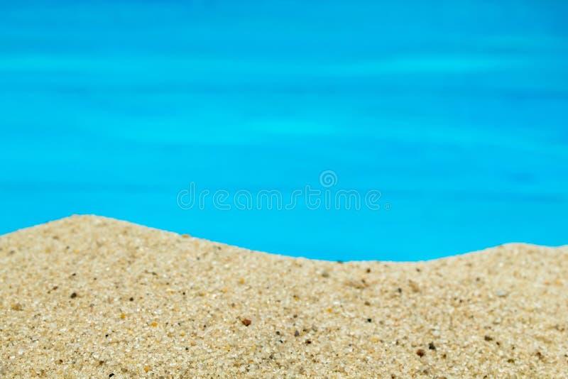 Arena de mar y guijarros en fondo azul Concepto de opinión superior del resto fotos de archivo libres de regalías