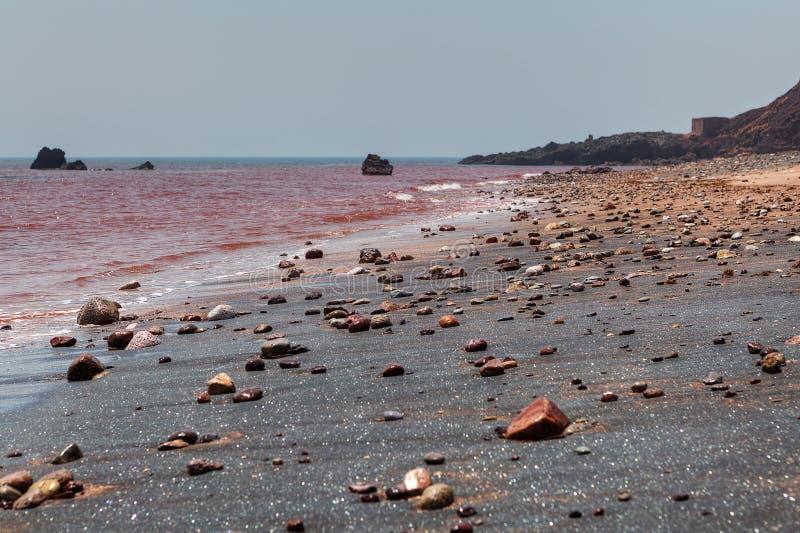 Arena de plata en la playa roja en Hormuz Island Iran fotos de archivo libres de regalías