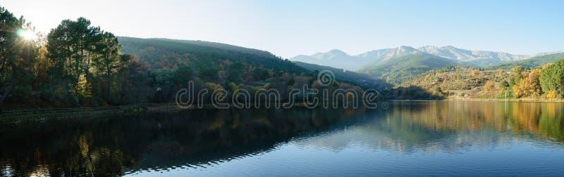Arena de San Pedro Lake, Toppig bergskedja de Gredos berg i Spanien royaltyfri fotografi