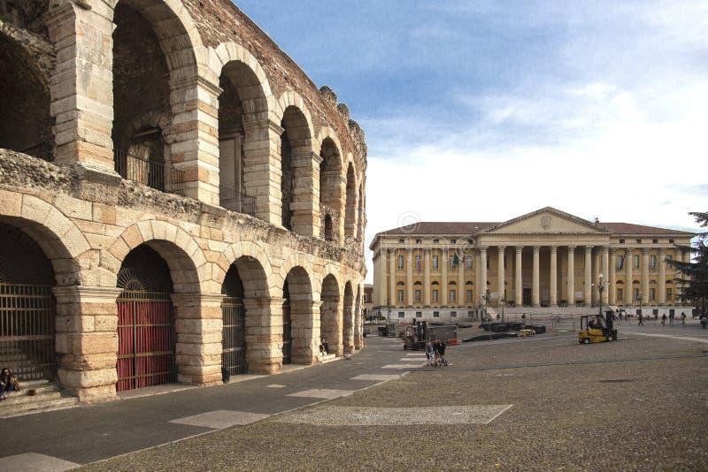 Arena de Verona, amphitheatre romano antiguo Italia Verona Arena Arena di Verona es un amphitheatre romano en sujetador de la pla fotos de archivo
