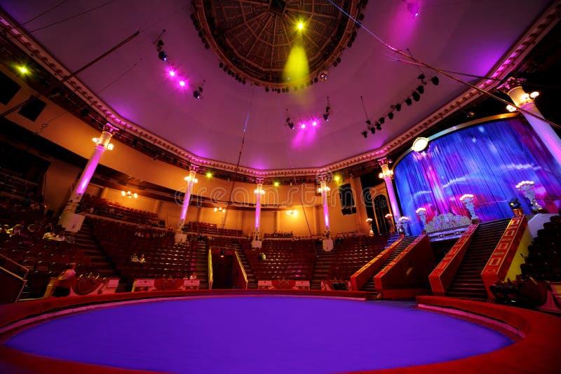 Arena del círculo en lámparas ligeras púrpuras del circo imágenes de archivo libres de regalías
