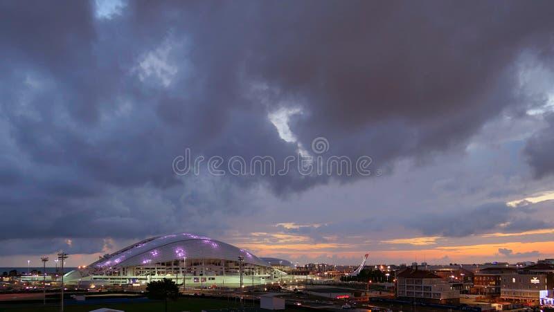 Arena del estadio de fútbol de Fisht en la puesta del sol pH horizontal panorámico nublado de Sochi foto de archivo
