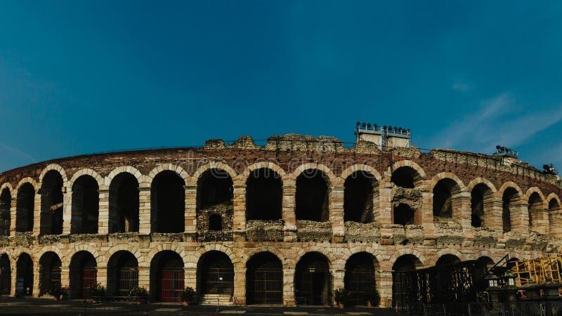 Arena di Verona contro cielo blu fotografia stock libera da diritti