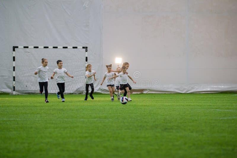 Arena do futebol dentro Equipe das crianças que joga o futebol fotos de stock