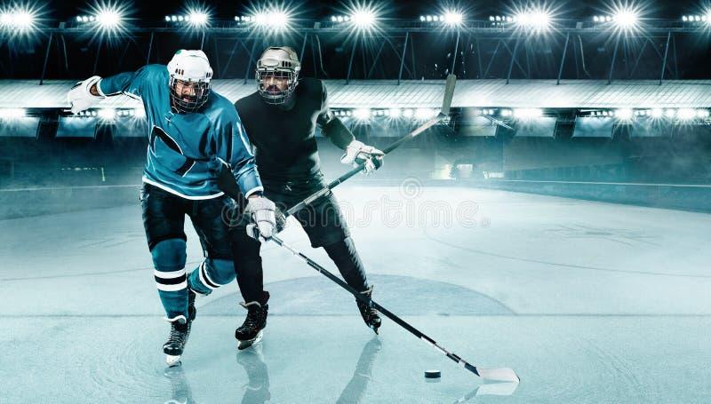 Arena do h?quei em gelo Competi??o de dois jogadores no capacete e luvas no est?dio com vara e disco imagem de stock