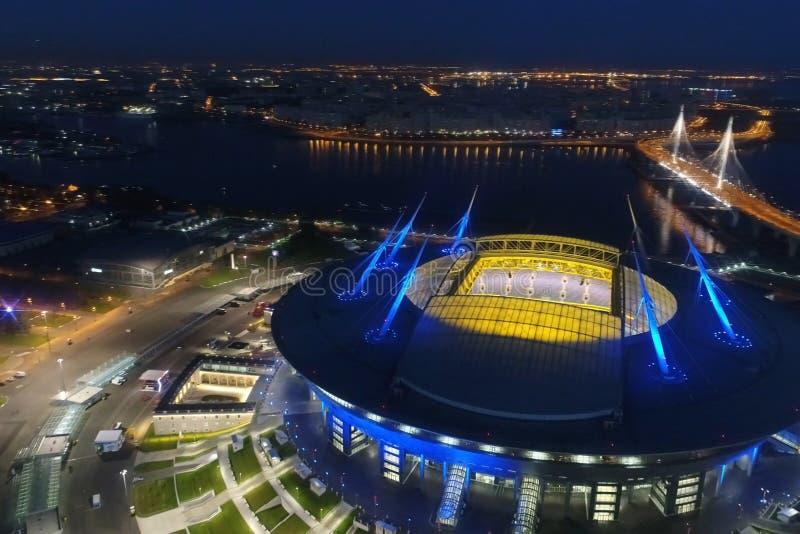 Arena do zênite do estádio na noite Iluminado por luzes multi-coloridas o estádio na noite imagens de stock
