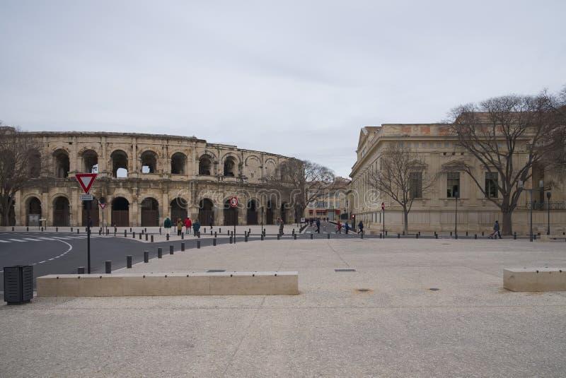 Arena e Charles de Gaulle Square - Nimes - Camargue Provence - França do DES do bulevar fotos de stock