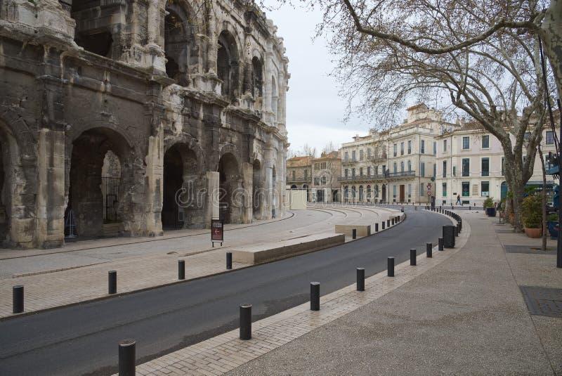 Arena e Charles de Gaulle Square - Nimes - Camargue Provence - França do DES do bulevar fotografia de stock