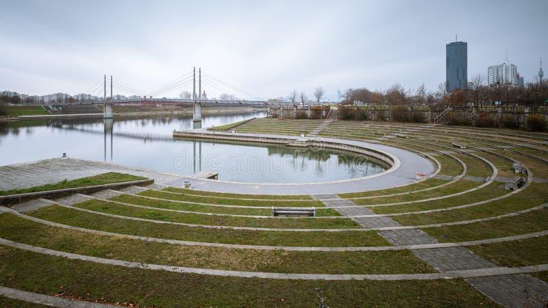 Arena en Kaisermuehlenbucht cerca del río Danubio en Viena en un día nublado en otoño fotografía de archivo libre de regalías
