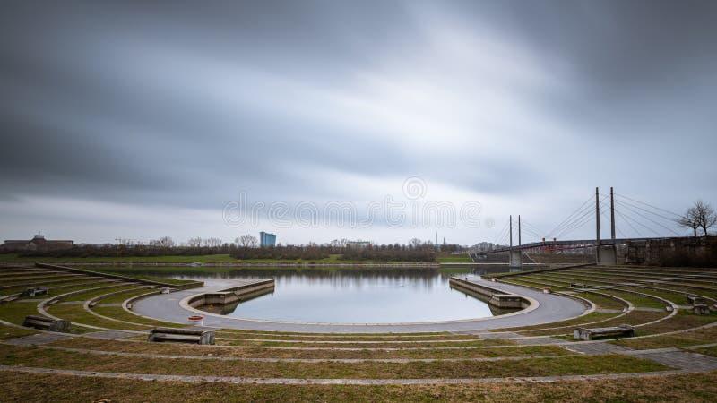 Arena en Kaisermuehlenbucht cerca del río Danubio en Viena en un día nublado en otoño fotografía de archivo