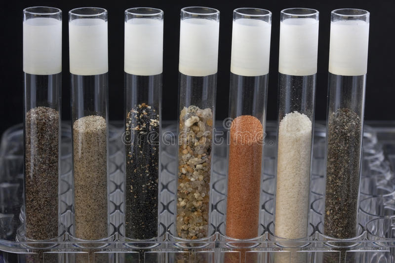 Arena en tubos de la prueba de laboratorio foto de archivo libre de regalías