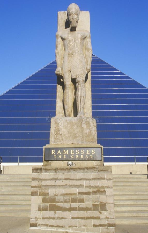 A arena esportiva da pirâmide em Memphis, TN com a estátua de Ramses na entrada foto de stock