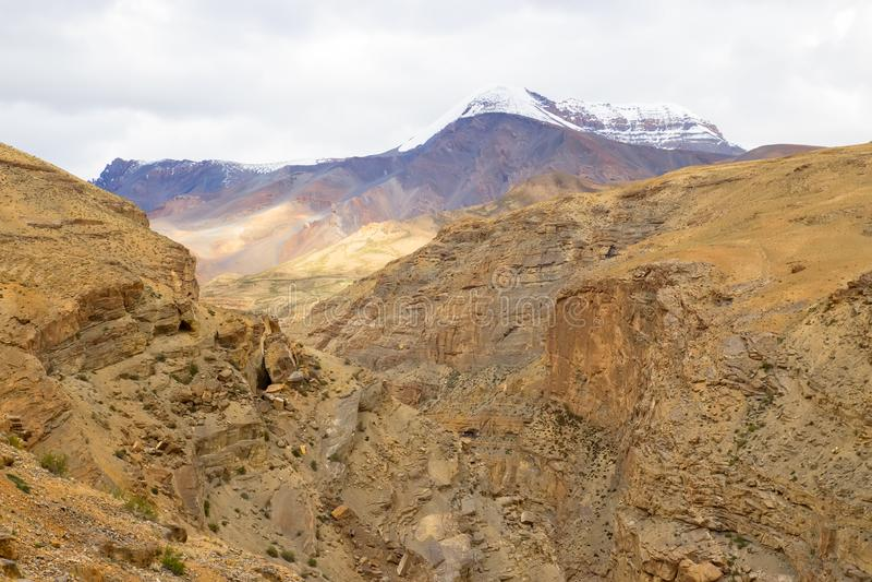 Arena misteriosa y dunas de piedra en montañas imagenes de archivo