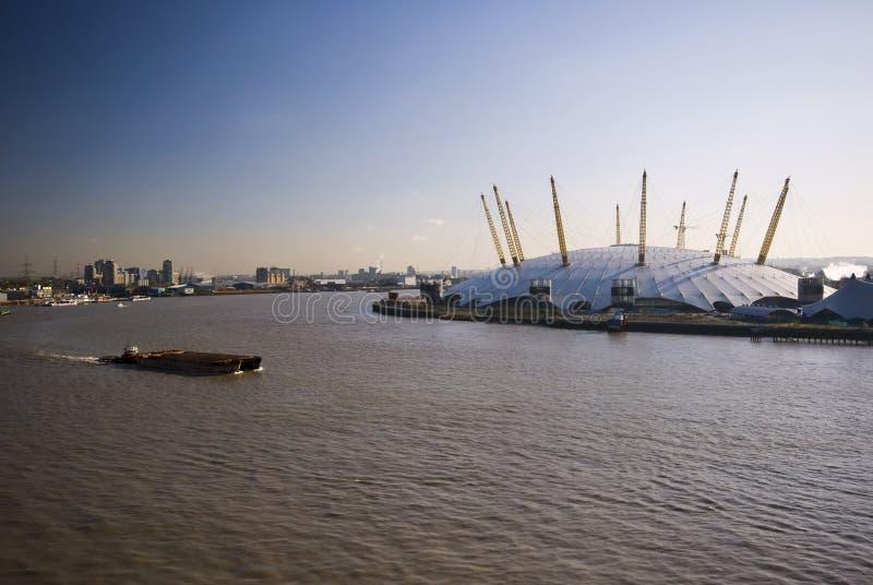 Arena O2 und Fluss Themse stockfotos