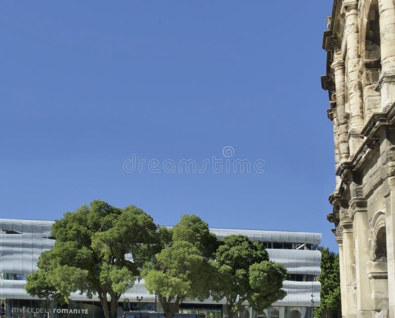 Arena och Musee Romanite i Nimes, Frankrike arkivbild