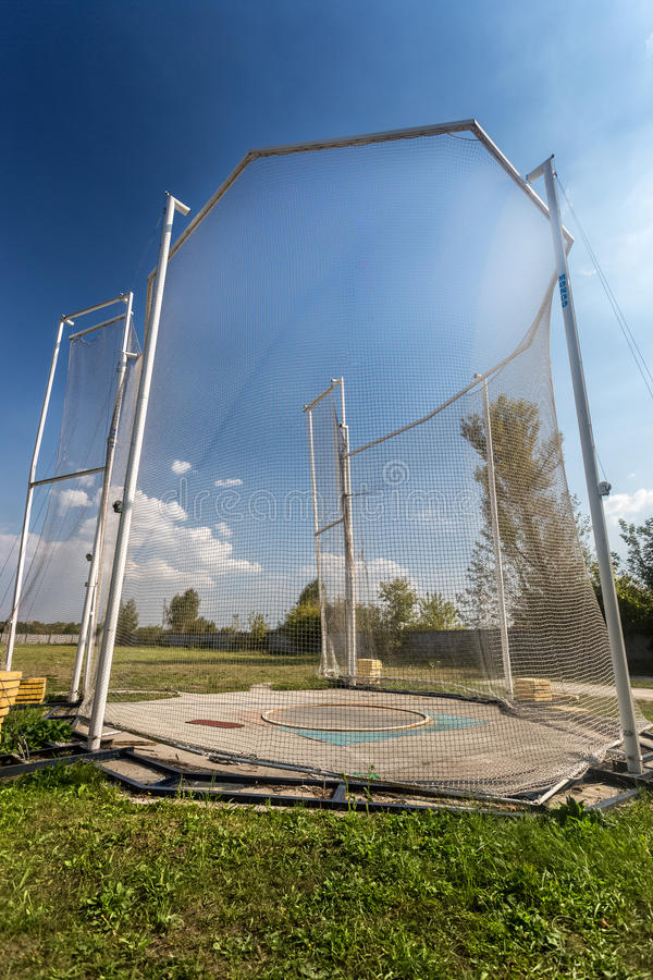 Arena per il martello di lancio circondato da rete di sicurezza fotografie stock libere da diritti