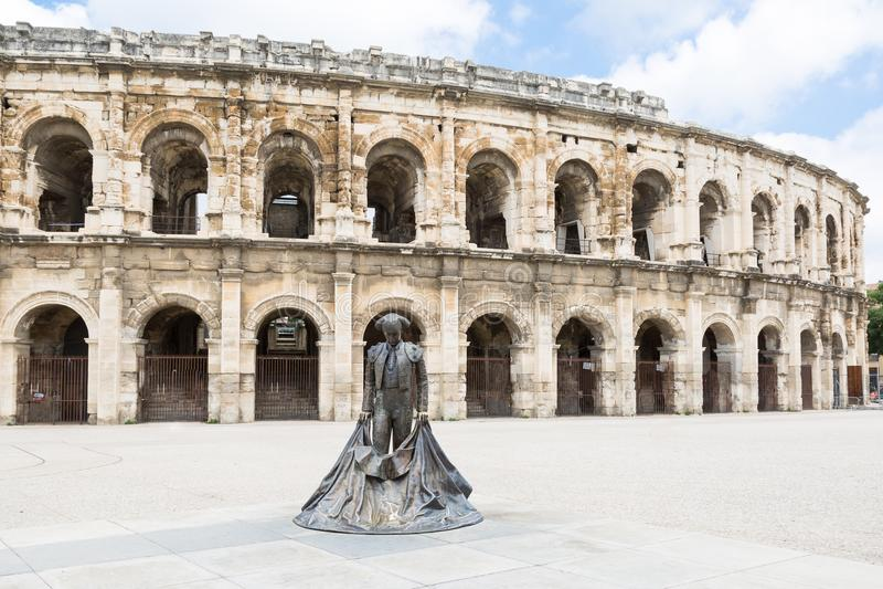Arena romana da tourada com a estátua do toureiro em Nimes, França imagens de stock
