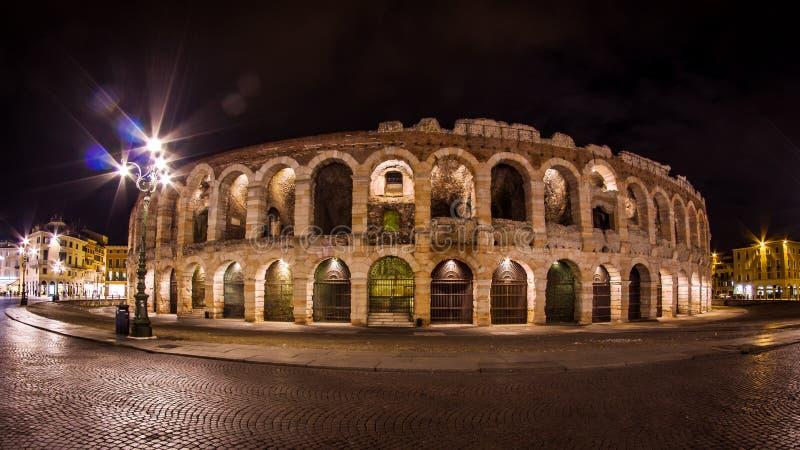 Arena 's nachts Verona stock afbeeldingen