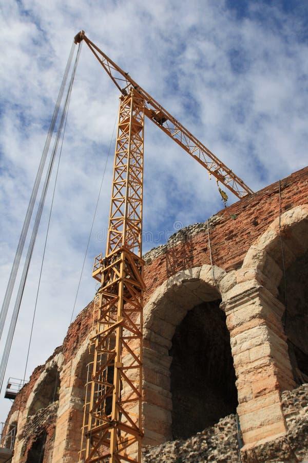 Arena Verona mit Kran stockbild