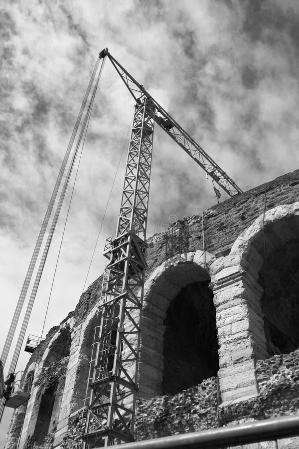 Arena Verona mit Kran stockfotos