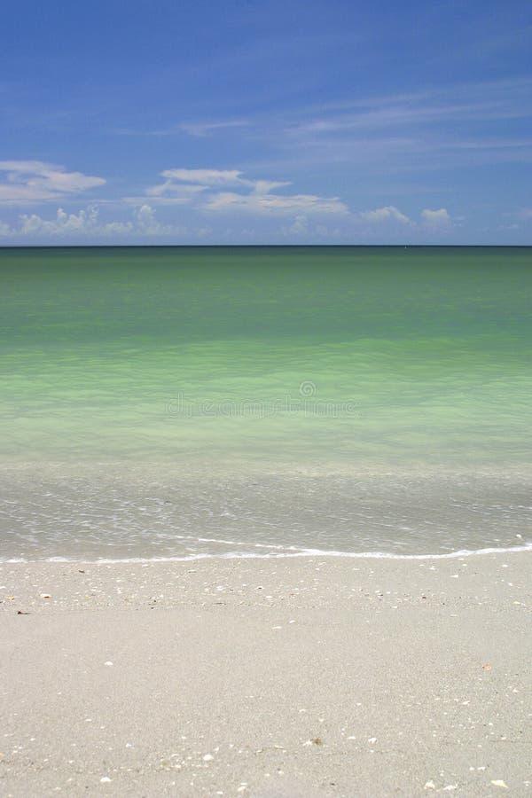 Arena y cielo de la playa