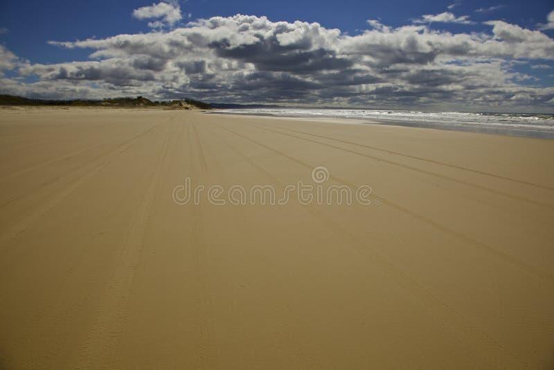 Arena y cielo en la isla de Fraser foto de archivo