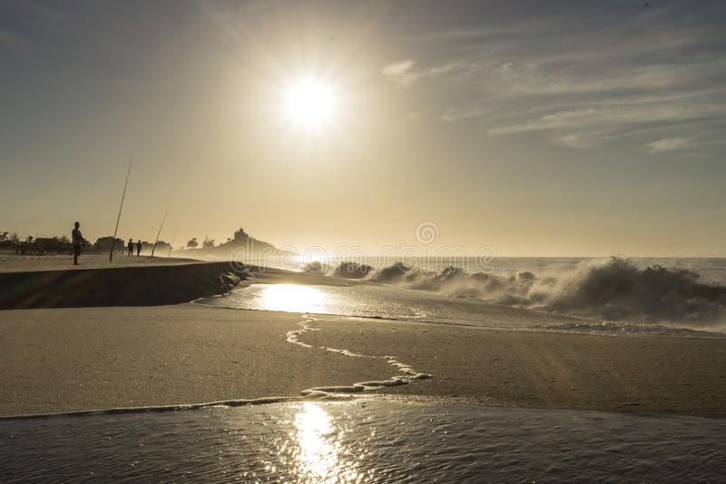 Arena y las ondas de una playa brasileña fotos de archivo libres de regalías