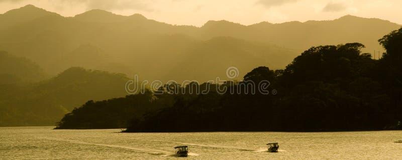 arenal tät lake till vulkan royaltyfri foto