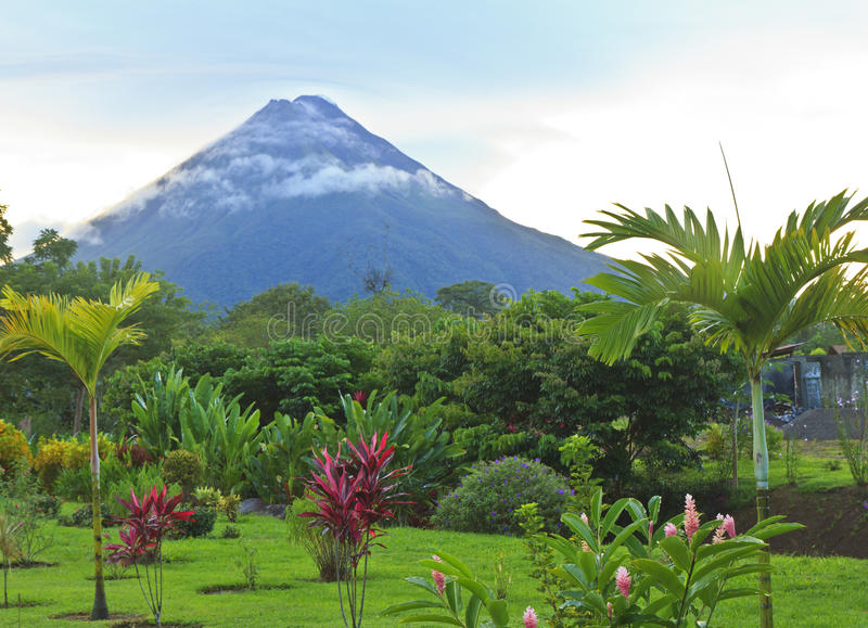 Arenal-Vulkan in den wispy Wolken stockbild