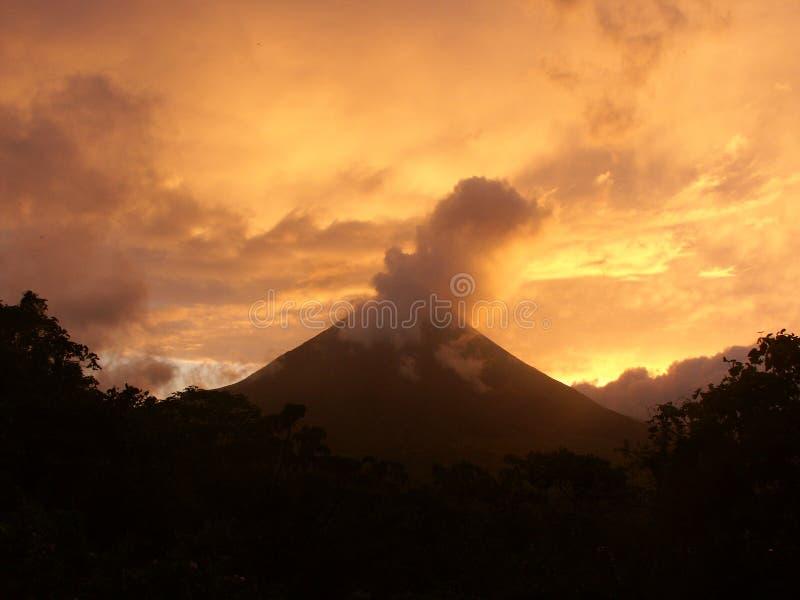 Arenal-Vulkan an der Dämmerung lizenzfreie stockfotografie