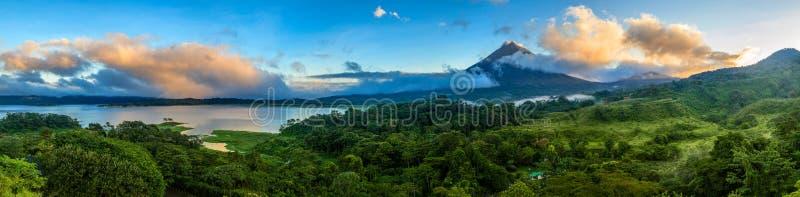 Arenal vulkan och sjö Arenal fotografering för bildbyråer