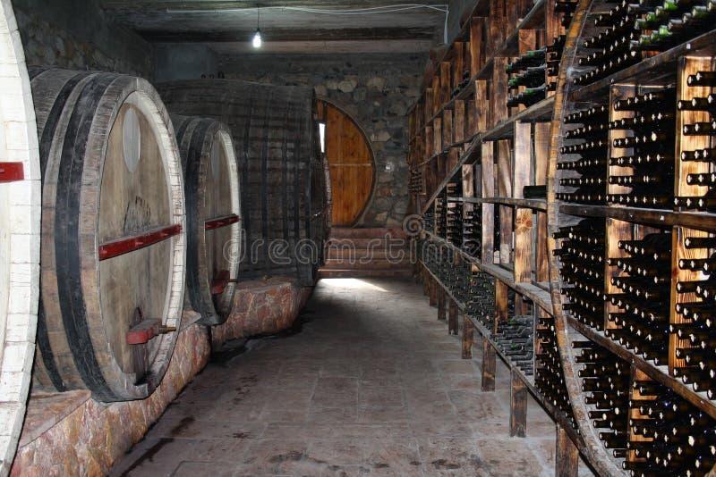 ARENI, АРМЕНИЯ - 6-ое декабря 2018: Интерьер фабрики винодельни Areni, традиционная армянская фабрика вина Хранение винного погре стоковые изображения rf