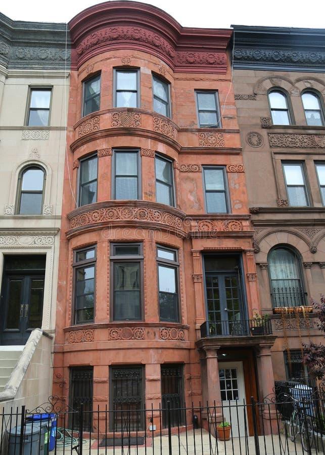 Areniscas de color oscuro de New York City en la vecindad histórica de las alturas de la perspectiva imagen de archivo libre de regalías