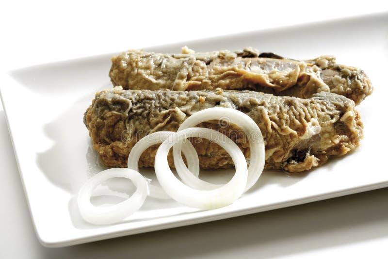 Arenques fritos con los anillos de cebolla, primer fotografía de archivo