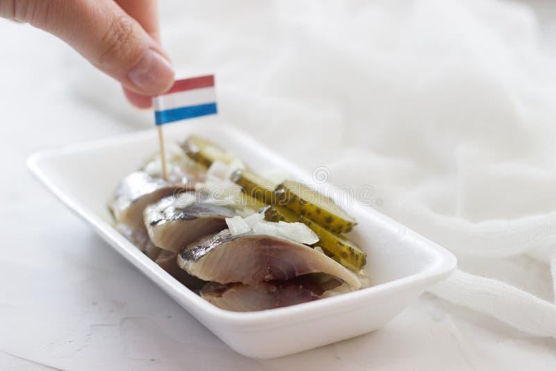 Arenques holandeses com cebola e o pepino conservado Foco seletivo imagens de stock